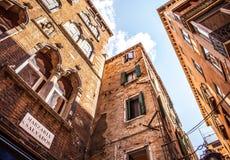 VENEDIG, ITALIEN - 18. AUGUST 2016: Berühmte Architekturmonumente und bunte Fassaden der alten mittelalterlichen Gebäudenahaufnah Stockfotografie