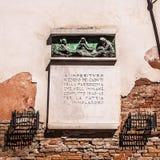 VENEDIG, ITALIEN - 20. AUGUST 2016: Berühmte Architekturmonumente und Religionszeichen der alten Kirche ummauern mittelalterliche Stockfoto