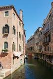 Venedig, Italien - 14. August 2017: Venedig-Kanal mit Booten und klassischen Gebäuden Lizenzfreies Stockfoto