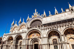 VENEDIG, ITALIEN - 18. AUGUST 2016: Marktplatz San Marco mit der Basilika von St Mark und dem Glockenturm von St Mark Glockenturm Lizenzfreie Stockbilder