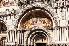 VENEDIG, ITALIEN - 18. AUGUST 2016: Marktplatz San Marco mit der Basilika von St Mark und dem Glockenturm von St Mark Glockenturm Lizenzfreie Stockfotografie