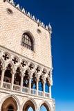 VENEDIG, ITALIEN - 18. AUGUST 2016: Marktplatz San Marco mit der Basilika von St Mark und dem Glockenturm von St Mark Glockenturm Stockbilder
