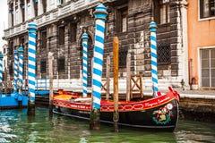 VENEDIG, ITALIEN - 20. AUGUST 2016: Traditionelle Gondeln auf schmaler Kanalnahaufnahme am 20. August 2016 in Venedig, Italien Stockfoto