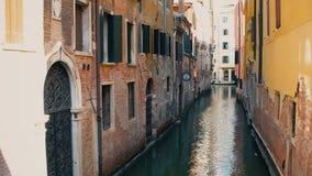 VENEDIG, ITALIEN - 8. AUGUST 2017 Venetianischer Kanal und alte Gebäude, Ansicht von einer Brücke Stockbild
