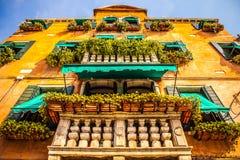VENEDIG ITALIEN - AUGUSTI 20, 2016: Berömda arkitektoniska monument och färgrika fasader av den gamla medeltida byggnadsnärbilden Arkivfoton