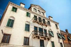 VENEDIG ITALIEN - AUGUSTI 20, 2016: Berömda arkitektoniska monument och färgrika fasader av den gamla medeltida byggnadsnärbilden Royaltyfri Bild
