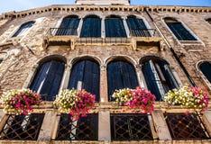 VENEDIG ITALIEN - AUGUSTI 20, 2016: Berömda arkitektoniska monument och färgrika fasader av den gamla medeltida byggnadsnärbilden Fotografering för Bildbyråer