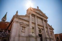 VENEDIG ITALIEN - AUGUSTI 20, 2016: Berömda arkitektoniska monument och fasader av den gamla medeltida byggnadsSan Giorgio Maggio Arkivbilder