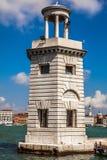 VENEDIG ITALIEN - AUGUSTI 20, 2016: Berömda arkitektoniska monument och fasader av den gamla medeltida byggnadsSan Giorgio Maggio Arkivbild