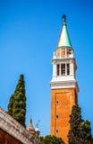 VENEDIG ITALIEN - AUGUSTI 20, 2016: Berömda arkitektoniska monument och fasader av den gamla medeltida byggnadsSan Giorgio Maggio Royaltyfri Fotografi