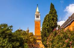 VENEDIG ITALIEN - AUGUSTI 20, 2016: Berömda arkitektoniska monument och fasader av den gamla medeltida byggnadsSan Giorgio Maggio Royaltyfria Bilder