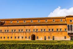 VENEDIG ITALIEN - AUGUSTI 20, 2016: Berömda arkitektoniska monument och fasader av den gamla medeltida byggnadsSan Giorgio Maggio Royaltyfri Bild