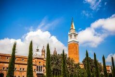 VENEDIG ITALIEN - AUGUSTI 20, 2016: Berömda arkitektoniska monument och fasader av den gamla medeltida byggnadsSan Giorgio Maggio Arkivfoto