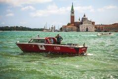 VENEDIG ITALIEN - AUGUSTI 19, 2016: Det snabba passagerarefartyget flyttar sig på de Venetian kanalerna på Augusti 19, 2016 i Ven Arkivfoton