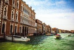 VENEDIG ITALIEN - AUGUSTI 19, 2016: Det snabba passagerarefartyget flyttar sig på de Venetian kanalerna på Augusti 19, 2016 i Ven Royaltyfri Foto