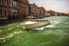 VENEDIG ITALIEN - AUGUSTI 19, 2016: Det snabba passagerarefartyget flyttar sig på de Venetian kanalerna på Augusti 19, 2016 i Ven Arkivbilder