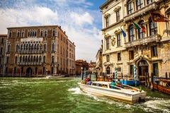 VENEDIG ITALIEN - AUGUSTI 19, 2016: Det snabba passagerarefartyget flyttar sig på de Venetian kanalerna på Augusti 19, 2016 i Ven Royaltyfri Fotografi