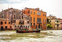 VENEDIG ITALIEN - AUGUSTI 19, 2016: Det snabba passagerarefartyget flyttar sig på de Venetian kanalerna på Augusti 19, 2016 i Ven Royaltyfri Bild