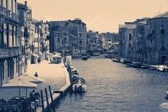 Venedig Italien - Augusti 14, 2017: Härliga klassiska byggnader på kanalen Venedig Arkivbilder