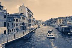 Venedig Italien - Augusti 14, 2017: Härliga klassiska byggnader på kanalen Venedig Arkivfoton