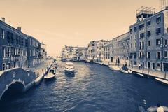 Venedig Italien - Augusti 14, 2017: Härliga klassiska byggnader på kanalen Venedig Arkivfoto
