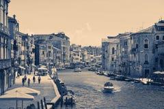 Venedig Italien - Augusti 14, 2017: Härliga klassiska byggnader på kanalen Venedig Royaltyfri Bild