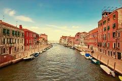 Venedig Italien - Augusti 14, 2017: Härliga klassiska byggnader på kanalen Venedig Royaltyfria Foton