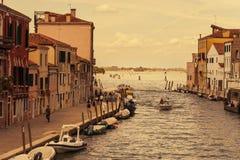 Venedig Italien - Augusti 14, 2017: Härliga klassiska byggnader på kanalen Venedig Royaltyfri Foto