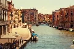 Venedig Italien - Augusti 14, 2017: Härliga klassiska byggnader på kanalen Venedig Royaltyfria Bilder