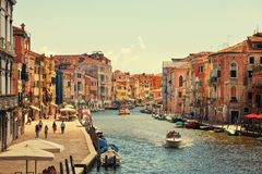 Venedig Italien - Augusti 14, 2017: Härliga klassiska byggnader på kanalen Venedig Arkivbild