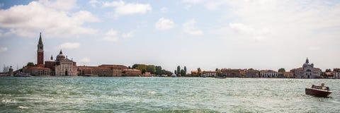 VENEDIG ITALIEN - AUGUSTI 19, 2016: Panoramautsikt på cityscapen av Grand Canal på Augusti 19, 2016 i Venedig, Italien Royaltyfri Bild