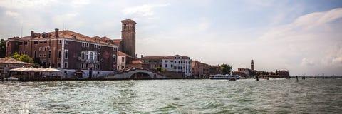 VENEDIG ITALIEN - AUGUSTI 19, 2016: Panoramautsikt på cityscapen av Grand Canal på Augusti 19, 2016 i Venedig, Italien Fotografering för Bildbyråer