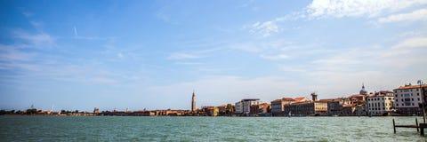 VENEDIG ITALIEN - AUGUSTI 19, 2016: Panoramautsikt på cityscapen av Grand Canal på Augusti 19, 2016 i Venedig, Italien Royaltyfri Foto