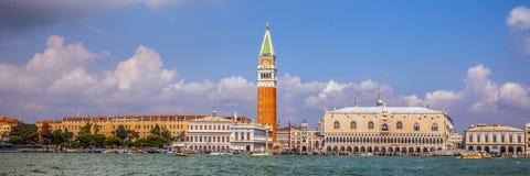 VENEDIG ITALIEN - AUGUSTI 19, 2016: Panoramautsikt på cityscapen av Grand Canal på Augusti 19, 2016 i Venedig, Italien Arkivfoto