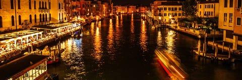 VENEDIG ITALIEN - AUGUSTI 19, 2016: Panoramautsikt på cityscapen av Grand Canal på Augusti 19, 2016 i Venedig, Italien Royaltyfria Foton