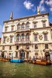 VENEDIG ITALIEN - AUGUSTI 19, 2016: Retro brunt taxifartyg på vatten i Venedig på Augusti 19, 2016 i Venedig, Italien Arkivbild