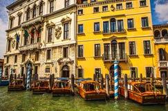 VENEDIG ITALIEN - AUGUSTI 19, 2016: Retro brunt taxifartyg på vatten i Venedig på Augusti 19, 2016 i Venedig, Italien Arkivbilder