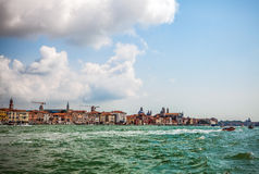 VENEDIG ITALIEN - AUGUSTI 20, 2016: Sikt på cityscapen av Grand Canal och öar av den Venetian lagun på Augusti 20, 2016 i Venedig Royaltyfria Bilder