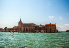 VENEDIG ITALIEN - AUGUSTI 20, 2016: Sikt på cityscapen av Grand Canal och öar av den Venetian lagun på Augusti 20, 2016 i Venedig Royaltyfri Fotografi