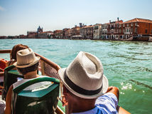 VENEDIG ITALIEN - AUGUSTI 20, 2016: Sikt på cityscapen av Grand Canal och öar av den Venetian lagun på Augusti 20, 2016 i Venedig Royaltyfri Bild