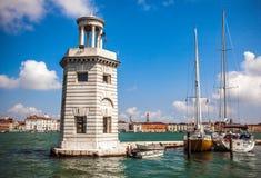 VENEDIG ITALIEN - AUGUSTI 20, 2016: Sikt på cityscapen av Grand Canal och öar av den Venetian lagun på Augusti 20, 2016 i Venedig Fotografering för Bildbyråer