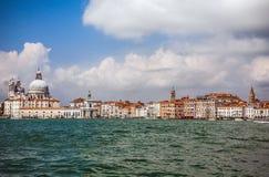VENEDIG ITALIEN - AUGUSTI 20, 2016: Sikt på cityscapen av Grand Canal och öar av den Venetian lagun på Augusti 20, 2016 i Venedig Royaltyfria Foton