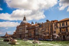 VENEDIG ITALIEN - AUGUSTI 19, 2016: Sikt på cityscapen av Grand Canal på Augusti 19, 2016 i Venedig, Italien Arkivbild