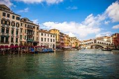 VENEDIG ITALIEN - AUGUSTI 19, 2016: Sikt på cityscapen av Grand Canal på Augusti 19, 2016 i Venedig, Italien Fotografering för Bildbyråer