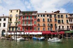 VENEDIG ITALIEN - AUGUSTI 19, 2016: Sikt på cityscapen av Grand Canal på Augusti 19, 2016 i Venedig, Italien Royaltyfri Fotografi