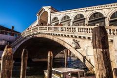 VENEDIG ITALIEN - AUGUSTI 20, 2016: Sikt på cityscapen och älskvärd bro på kanalen av Venedig på Augusti 20, 2016 i Venedig Arkivbild