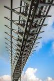 VENEDIG ITALIEN - AUGUSTI 20, 2016: Sikt på den electro bron för cityscape och för spårvagn på kanalen av Venedig på Augusti 20,  Royaltyfri Bild