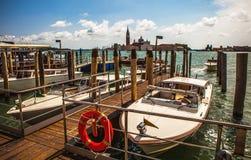 VENEDIG ITALIEN - AUGUSTI 19, 2016: Snabbt passagerarefartyg på de Venetian kanalerna på Augusti 19, 2016 i Venedig, Italien Royaltyfri Foto