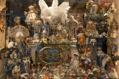 Venedig Italien - Augusti 14, 2017: Souvenir shoppar ställa ut med Venetian maskeringar Royaltyfria Foton