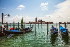 VENEDIG ITALIEN - AUGUSTI 19, 2016: Traditionella gondoler på närbild för storslagen kanal på Augusti 19, 2016 i Venedig, Italien Arkivbilder